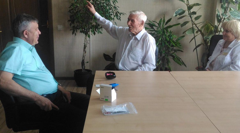 Министр здравоохранения подарил ветерану амурской медицины слуховой аппарат