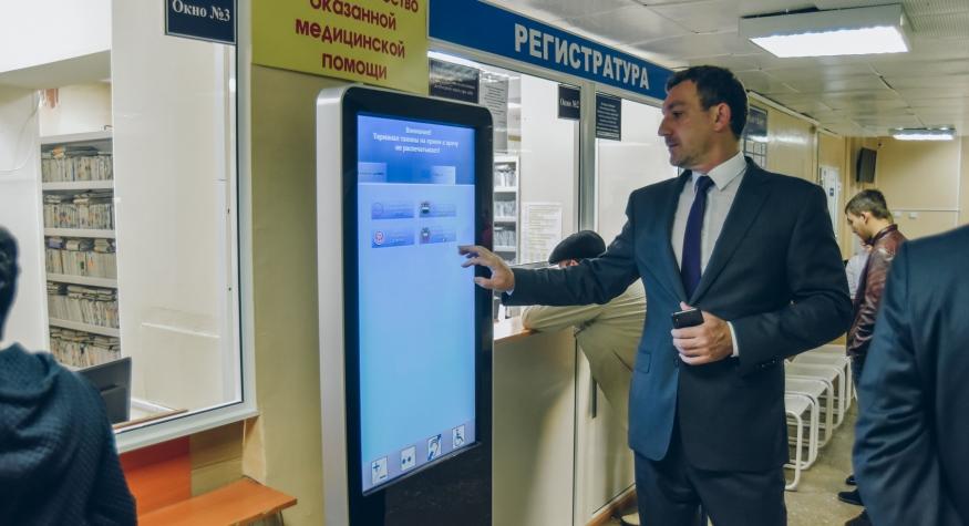 До начала рабочего дня Василий Орлов побывал в пяти поликлиниках