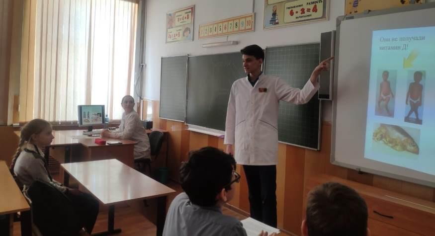 Будущие медики провели в Белогорской школе выездную информационную площадку